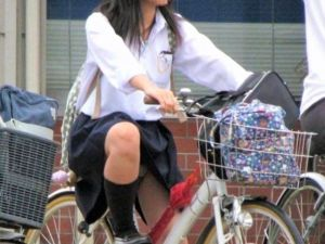早く自転車通学する女子●生が見られるようになってほしい…願いを込めたエッチなパンチラハプニング画像